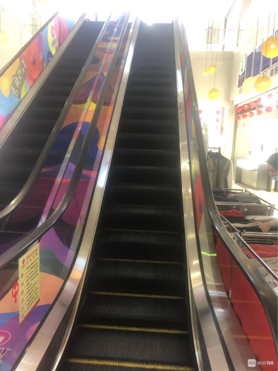 怎么回事?舟山这大商场下楼的扶梯全停了?老年人吃不消