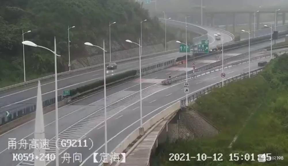 甬舟高速发生事故!货车侧翻倒地,舟山高速交警火速救援