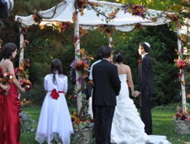 礼节很重要!参加别人婚礼被包车接送,好大的车只坐5个人