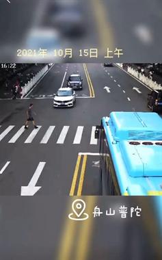 令人遗憾!东海中路汽车和电动车相撞,66岁老人头部重伤!
