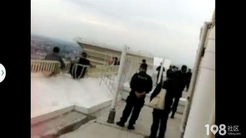 平湖城南某小区疑似有人要跳楼?目前一大群人在围观