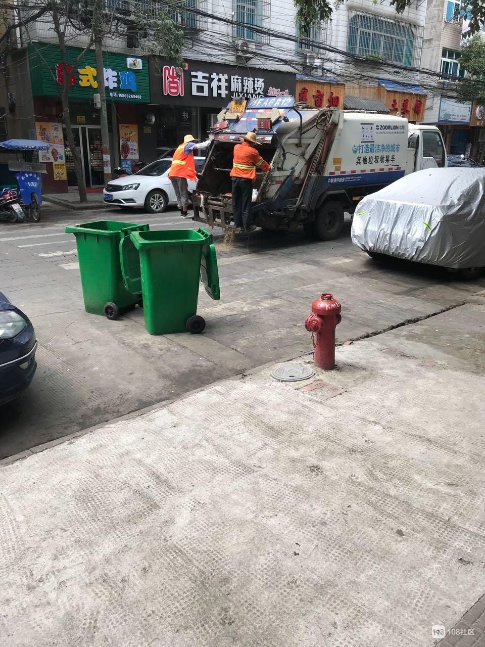 垃圾车一来私营城倒垃圾,整条街就恶臭熏天,闻到恶心要吐