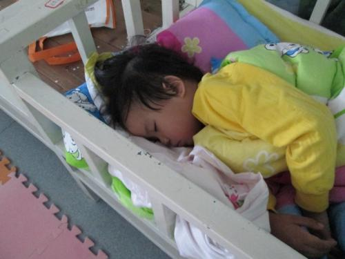 担心得整晚睡不着!孩子睡觉喉咙呼呼响,闷得出不来气怎么办