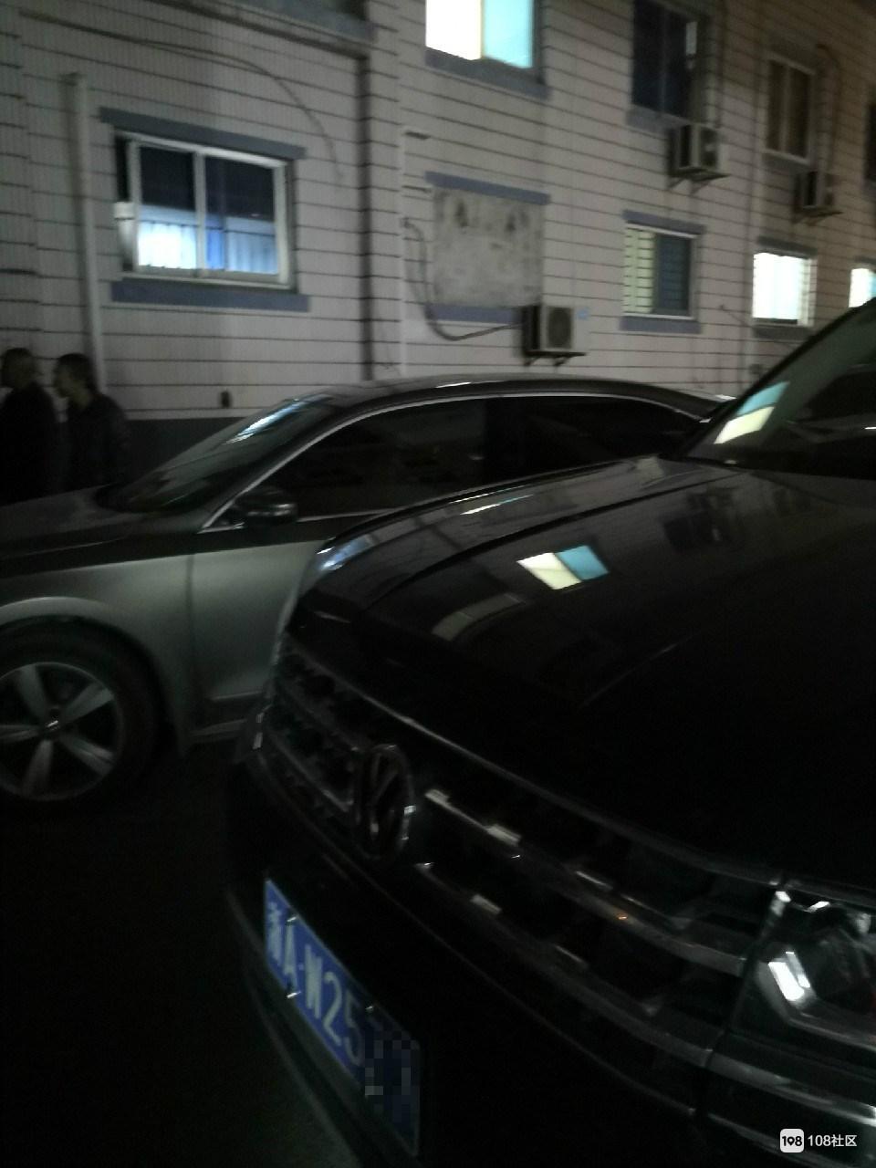 兴康南路众人聚集围观,有人被罚款并当众道歉!只因没停对车