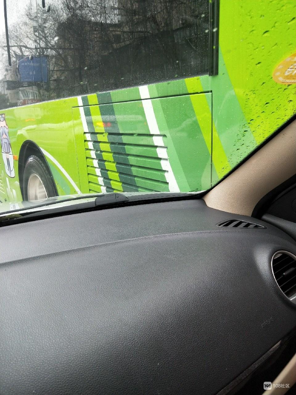 衢州有礼,礼在那里?公交车强行变道!
