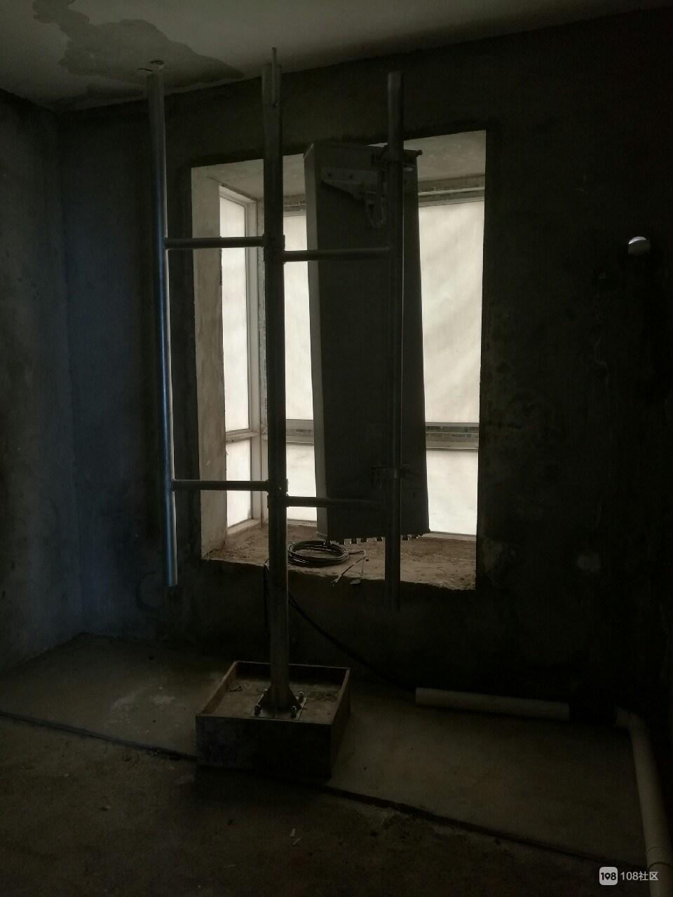镇巴佬惊人发现 楼上竟是个通讯基站!使用很久没人知道