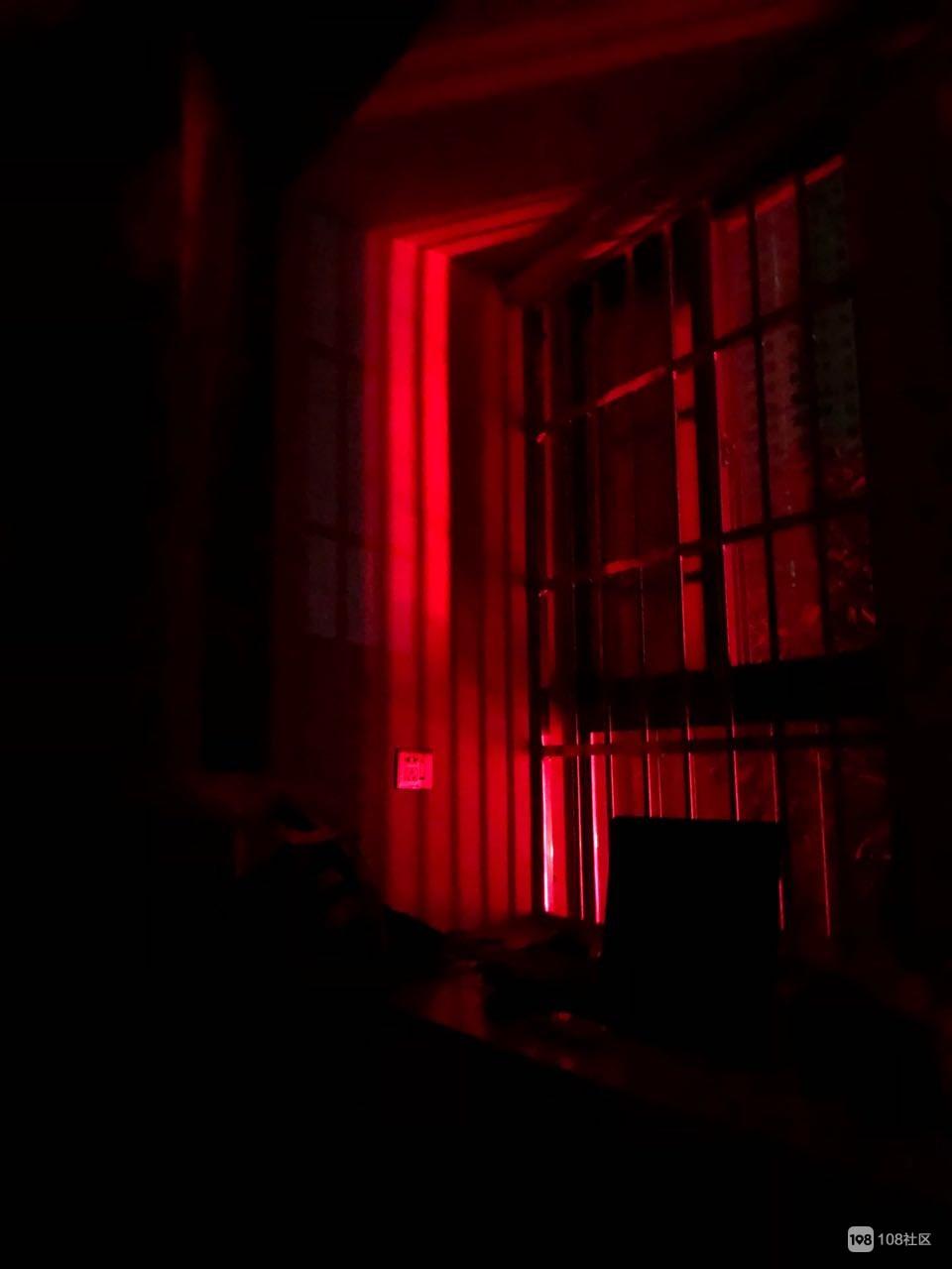 一楼业主私装广告牌 害我房间每晚亮红灯!好可怕