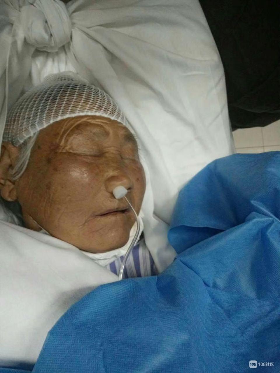 奶奶外出散步却被工程大门撞倒!脑出血至今还昏迷…