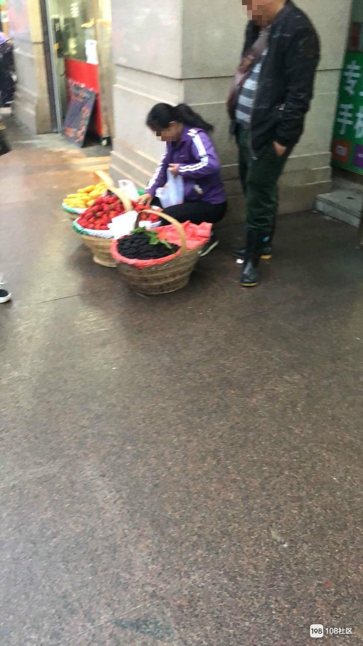 瓷都女子实拍摊贩卖水果掉包!镇巴佬你看明白了吗