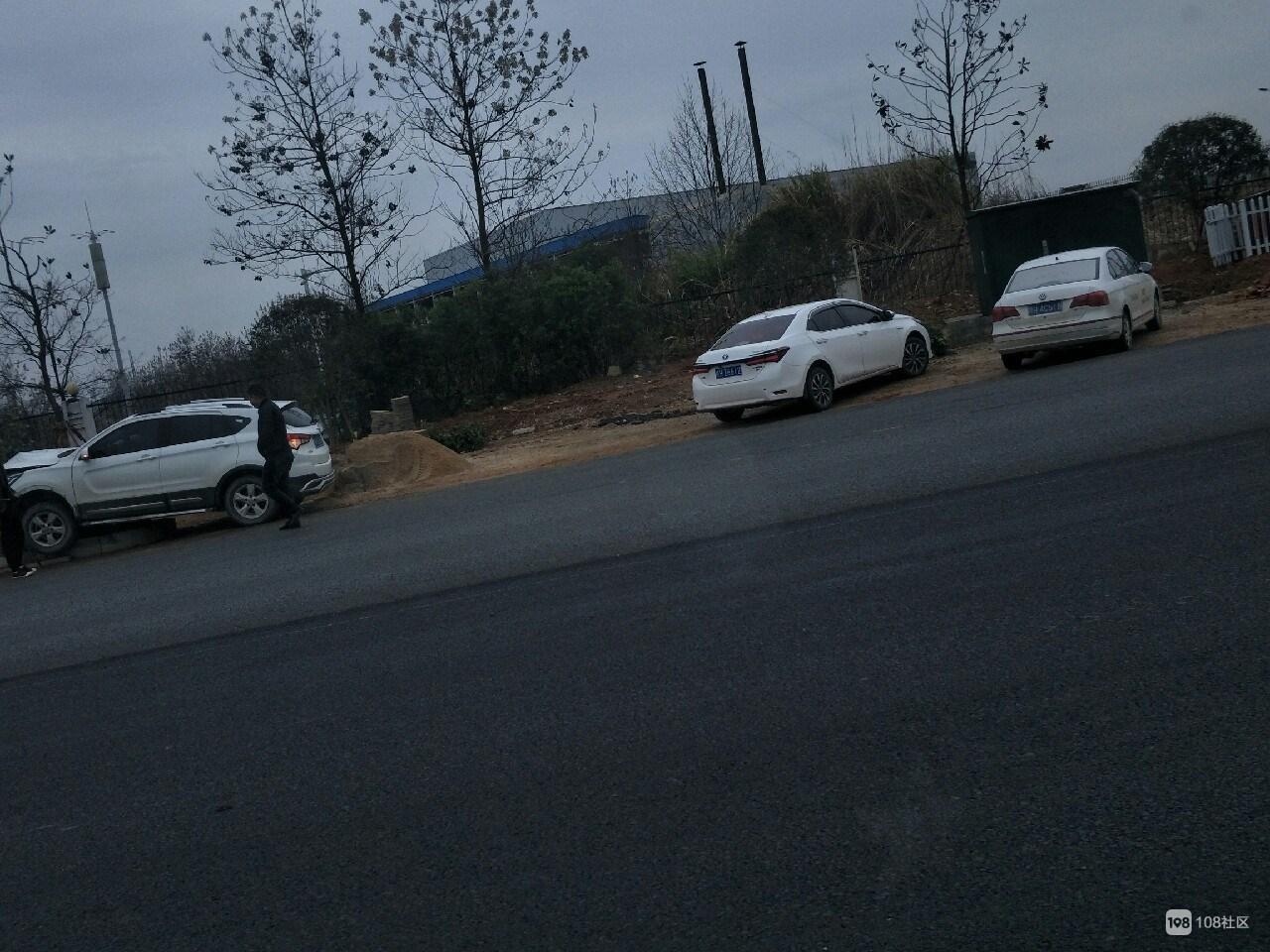 高新区一白色轿车冲上花坛!直接撞倒指示牌 车头裂了