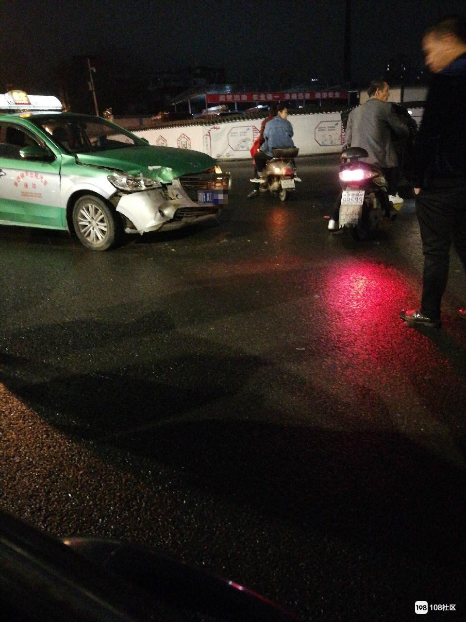 浙江路二小附近一出租车撞上汽车!安全气囊都弹出来…