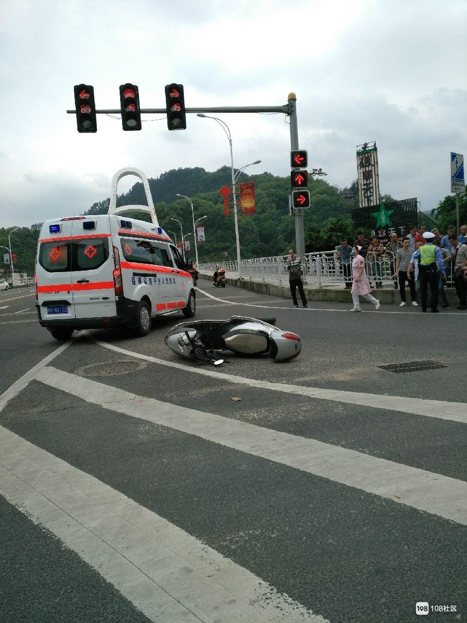 延平第一事故高发地!司机多处受伤,护士小姐姐已到