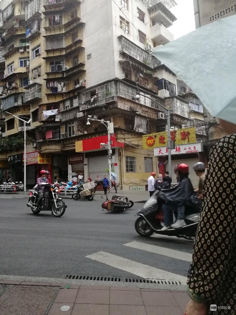 刚刚!梅山坡白发老人被摩托车撞倒,司机见状竟然…