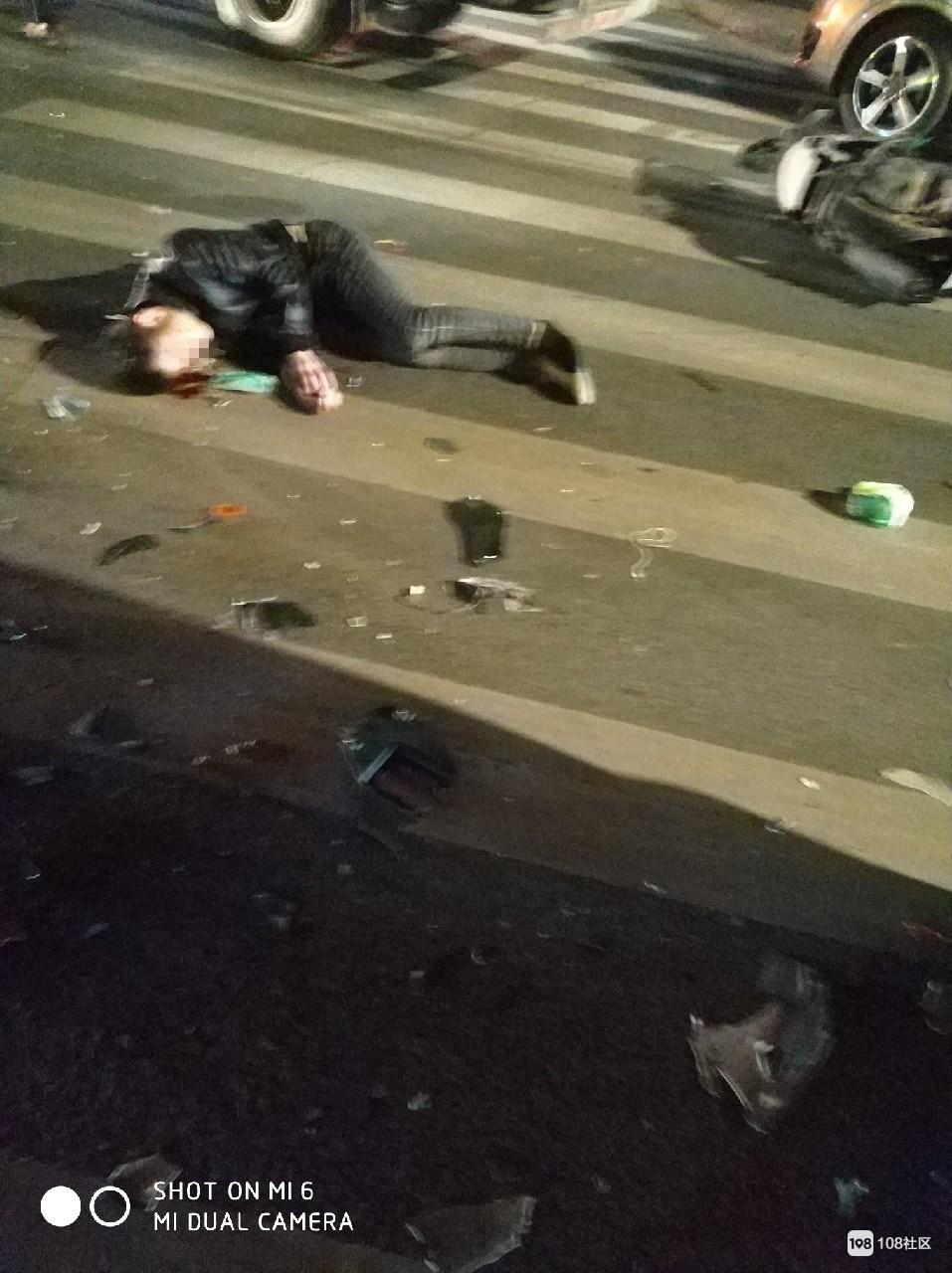 长虹街发生可怕车祸!一对男女躺倒路边,小伙头部流下大滩血