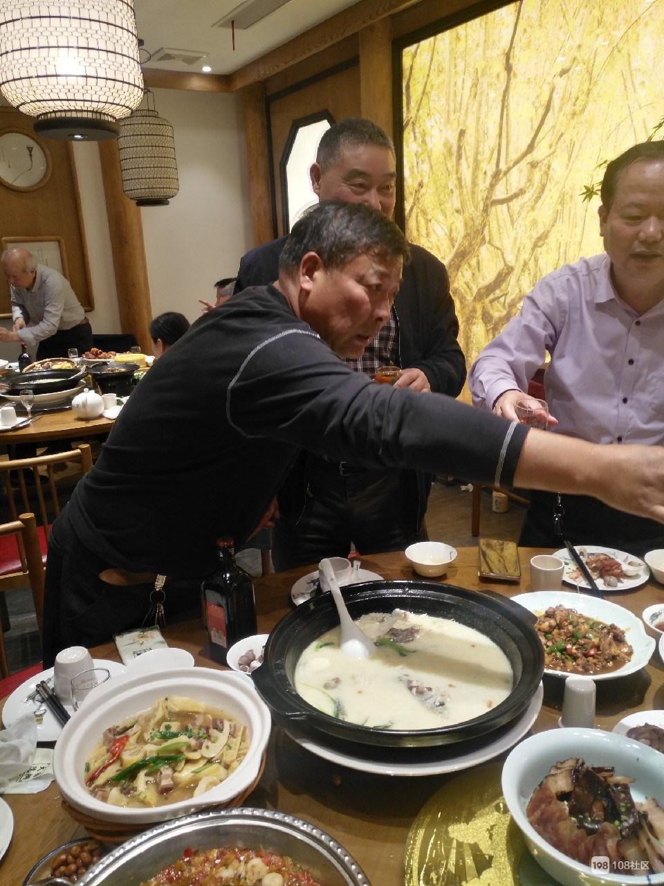 德清男子与当年老战友相聚,满满大桌子,全是情谊!
