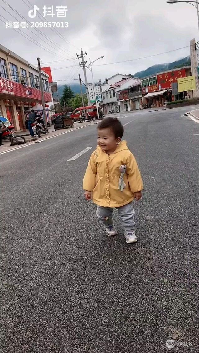 宝宝大头开心不愁,活泼可爱笑太甜,德清人看着高兴