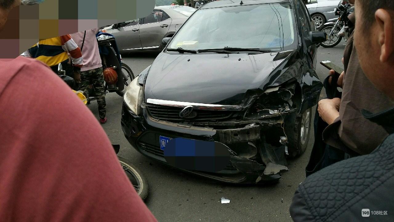 安丰桥突发车祸!小车互撞连累摩托,车头毁得稀巴烂