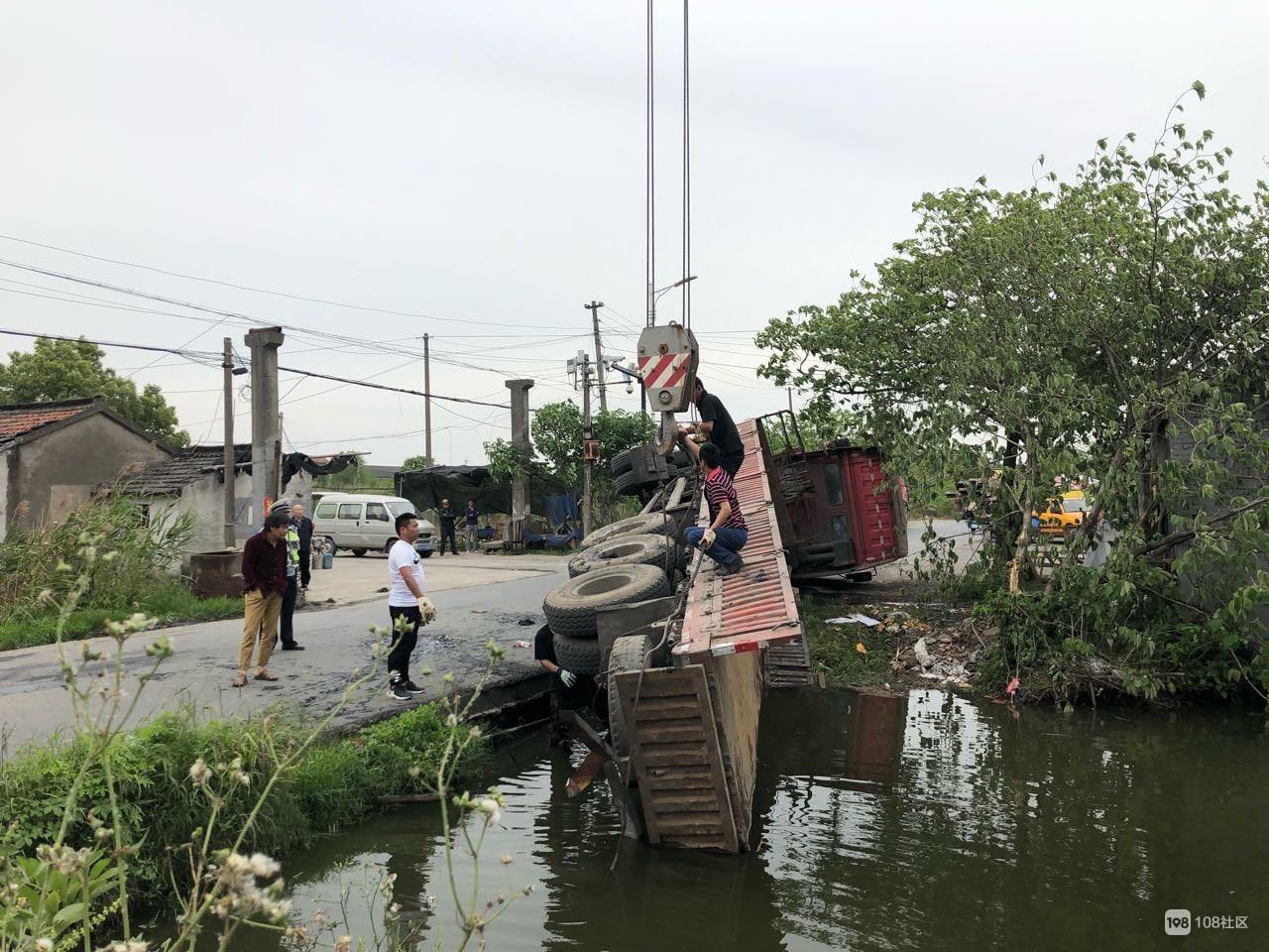 塘栖姚大线,水北这里,一大型货车侧翻河里
