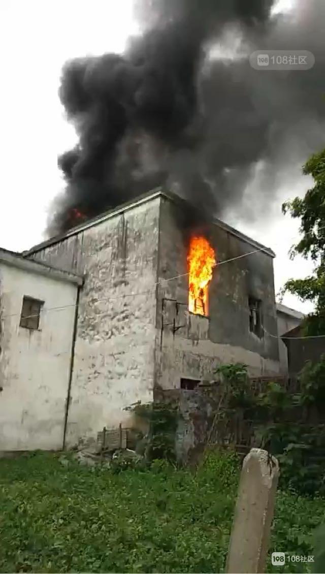 雷甸民用房火势汹涌!窗户房顶被烧穿,已持续20分钟