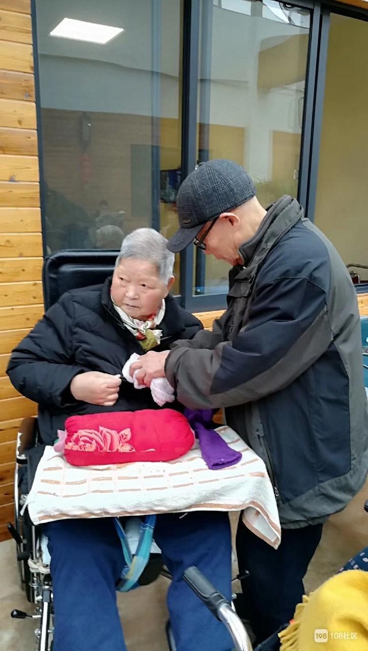 89岁妈妈脑梗2年,孩子轮流伺候!养老院过上第3个母亲节