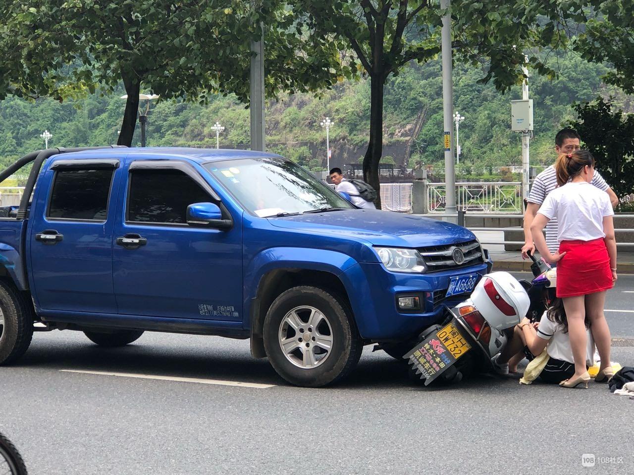南平延平区法院门口皮卡车撞女士摩托车