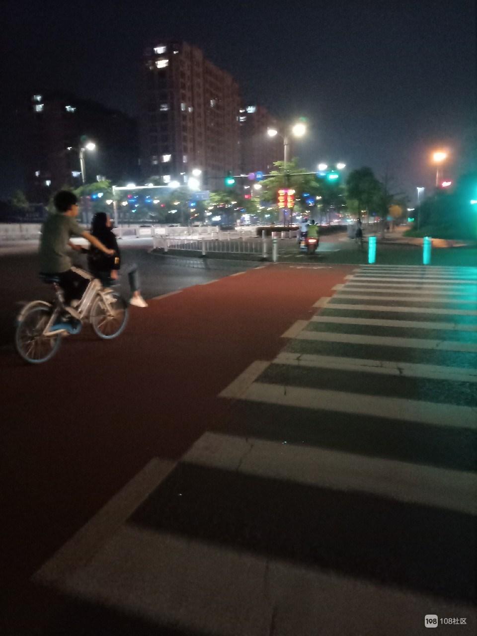 一男一女这样骑单车,是来秀恩爱专虐单身狗的吗?