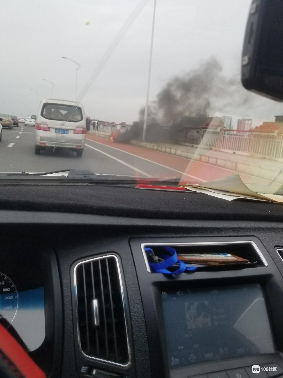 衢江大桥上一电动车自燃,烧得只剩车架(视频)