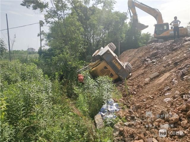 惊险:常山一20多吨重的压路机侧翻在山坡,一人被困!