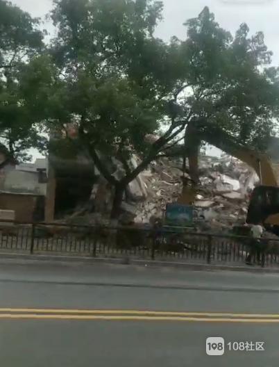 陶机拆迁现场!4台挖掘机紧张施工 房子瞬间被铲平变废墟