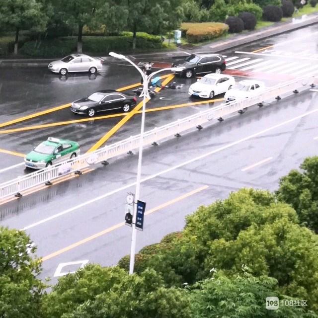 鹿鸣公园附近一宝马撞上电瓶车,一人倒地不起