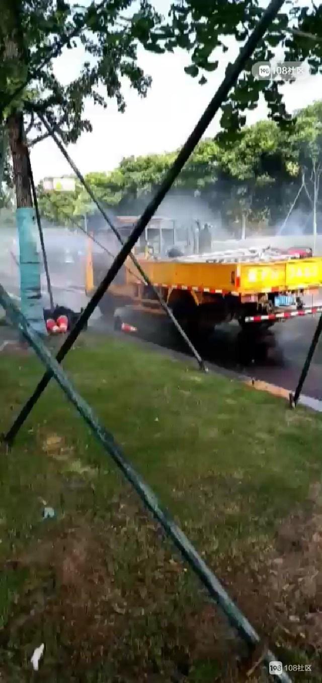 装液化气罐工程车突发自燃!新昌人开洒水车冲上去