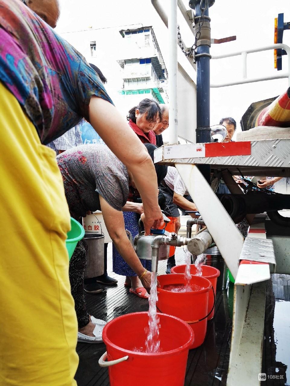 衢化滨一村停水了,水厂紧急供水,老人拿着桶排队!