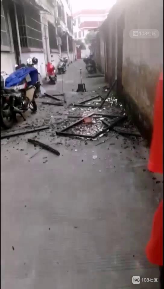 一声巨响!城东某小区窗户被炸飞,楼下过道一片狼藉
