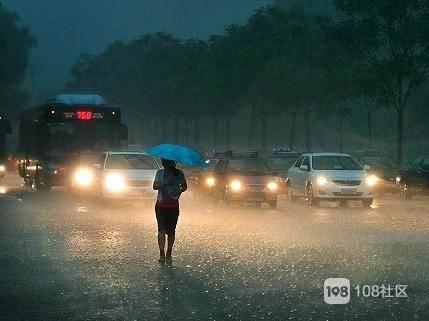 彭丁路上我娘俩冒雨前行,一美女摇下车窗探出头来…