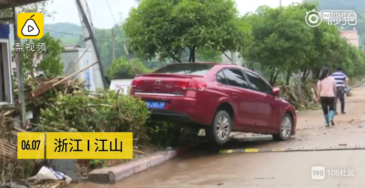 简直是噩梦!江山暴雨致上百辆车受损,惨变泡水车