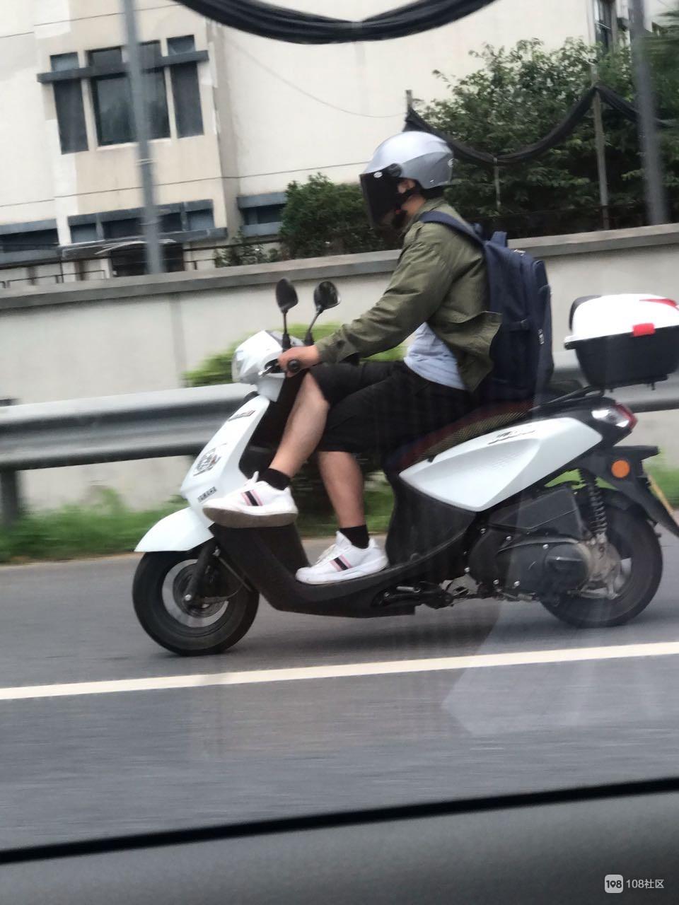 高清大图:衢州男子骑车全程翘着二郎腿,极其悠闲!