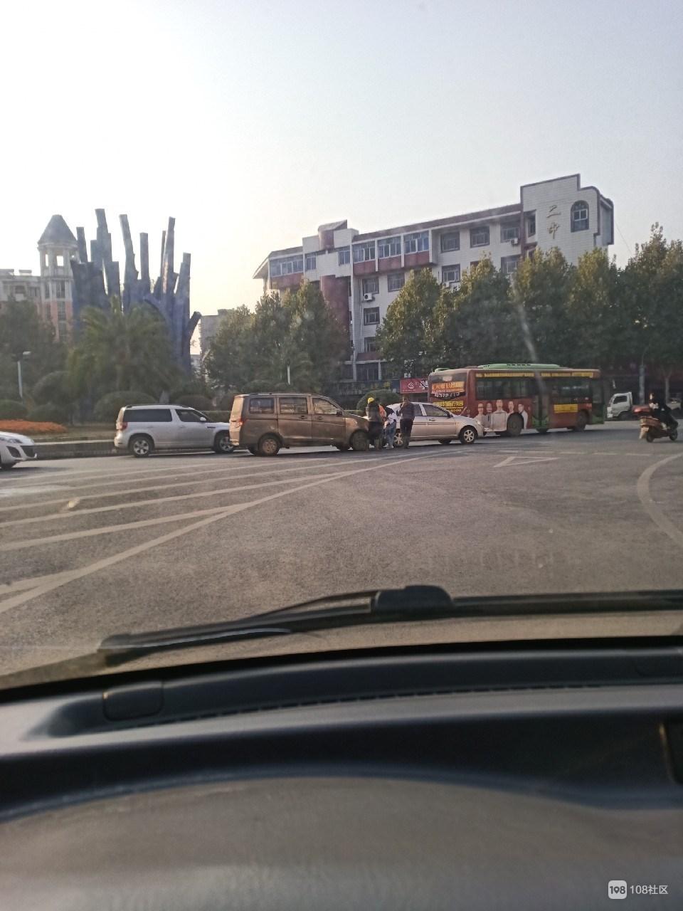 二中附近两车追尾 女司机急了!车主站路中间吵起来了…