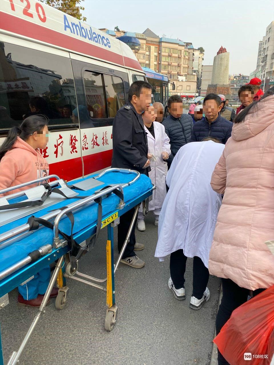 里村菜场附近一女子抱着小孩坐地大哭!120都出动了