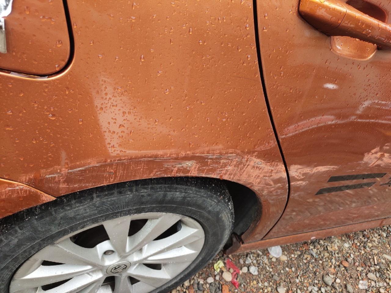 全嵊州寻肇事司机!把我的车刮花,还用粉笔涂一层