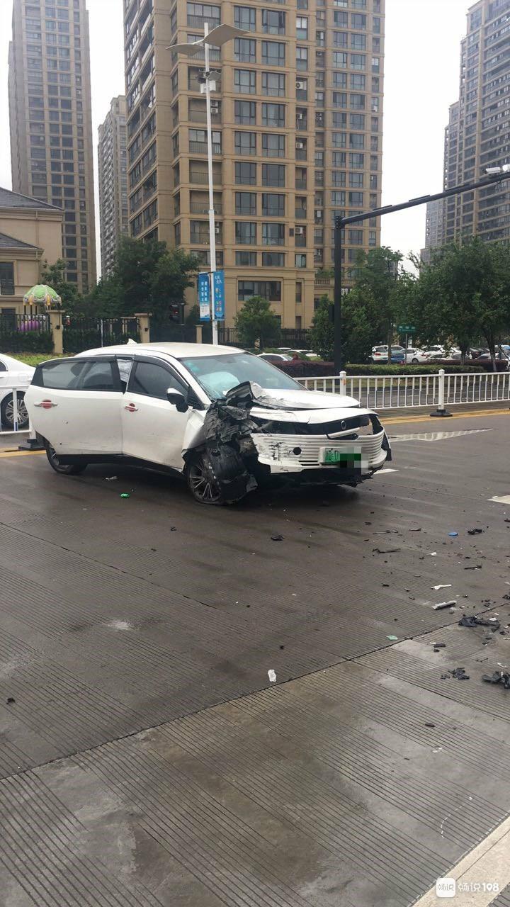 电瓶车散架,汽车安全气囊弹出!双塔路小伙被撞